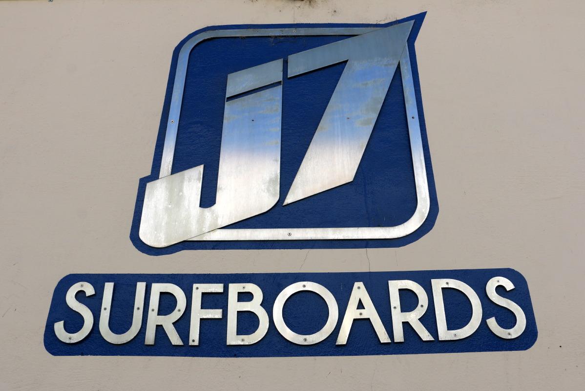 J7 Surfboards logo. Find J7 Surfboards in Santa Barbara Funkzone @ 24 E Mason street. Santa Barbar Google business view - Google Visite virtuelle Santa Barbara / Paris